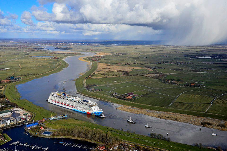 Что делает большой океанский лайнер посреди небольшой немецкой реки?