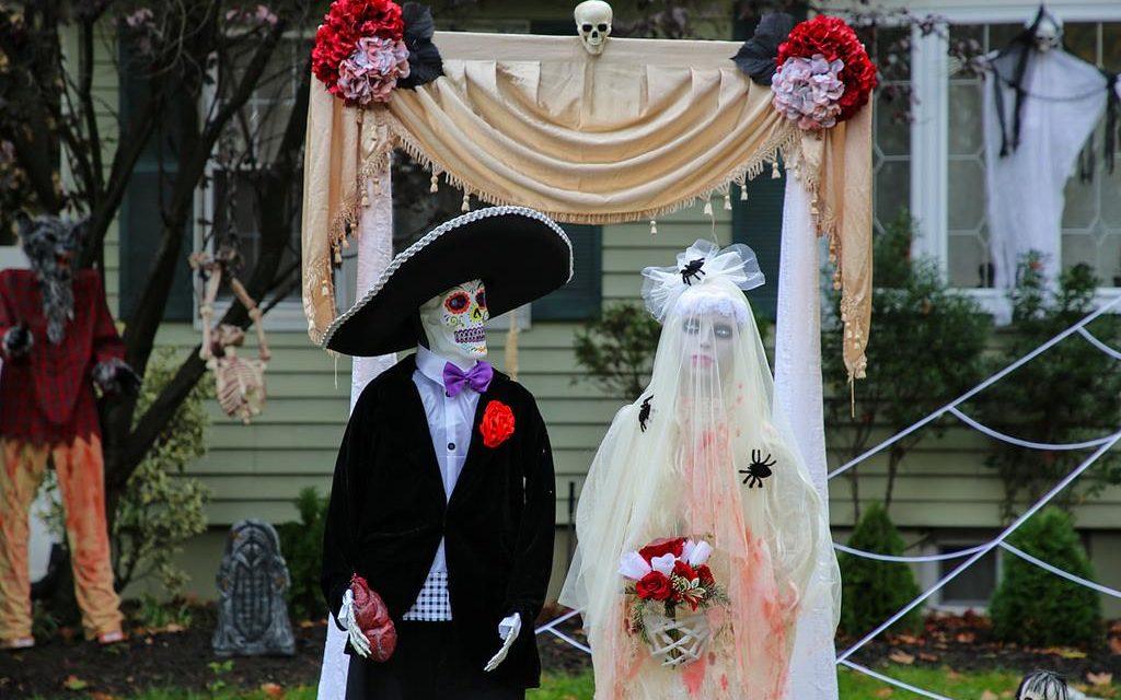 У меня уже год лежат фоточки на тему украшения домов к Хэллоуину, и вот сегодня им, наконец, …