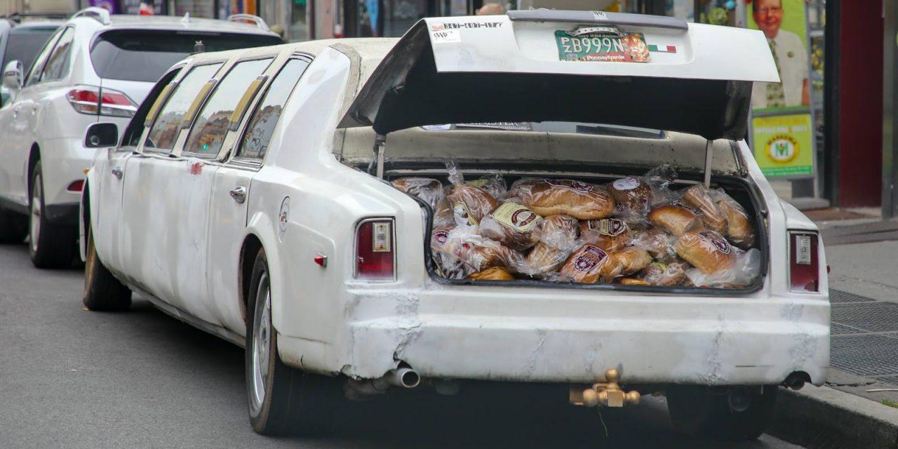 Много я всякой фигни в Нью-Йорке видел, но вот чтобы батоны по магазинам на лимузине развозили …