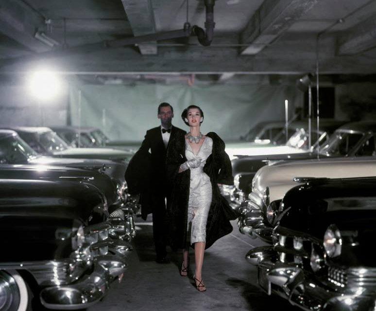 На автомобильной парковке, 1952 год. Фото John Rawlings