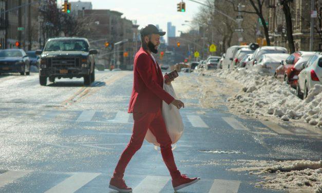 Св. Валентин, Нью-Йорк, наши дни. Надпись на чехле телефона: Get shit done.