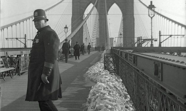 Полицейский на Бруклинском мосту