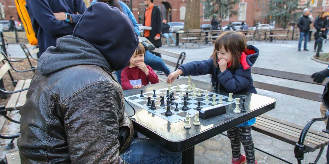 В воскресенье, в парке Вашингтон-сквер и прямо на моих глазах, маленькая девочка лет пяти, с …