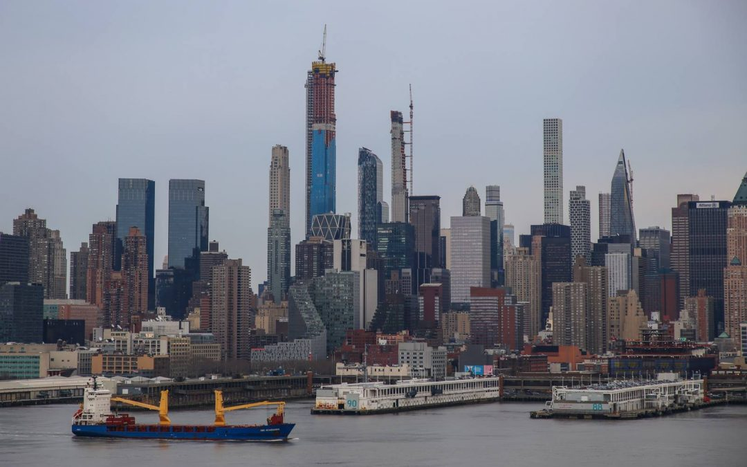 Всего год назад жилой небоскреб 432 Park avenue (он второй справа) был главной высотной …