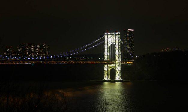 Не первый год в Нью-Йорке живу, а светящийся мост Джорджа Вашингтона сегодня увидел впервые.