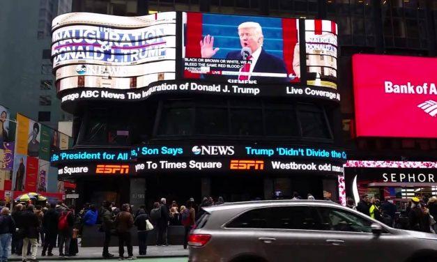 Гробовой тишиной встретили нью-йоркцы на Таймс-Сквер момент вступления в должность нового …