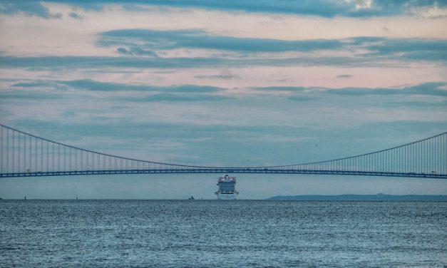 Круизный лайнер Norwegian Breakaway покидает акваторию Нью-Йорка и проходит под мостом Верразано-Нэ