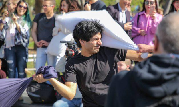 Битва подушкам в Вашингтон-сквер парке