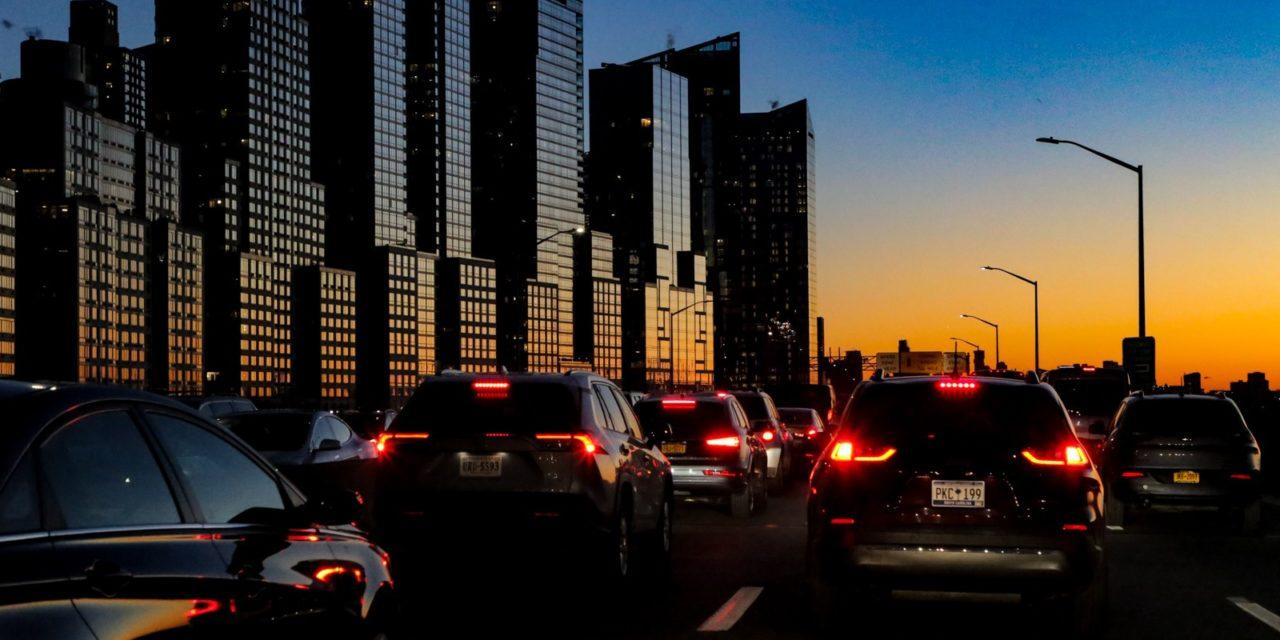 Вечерний трафик на Манхэттене. Все едут на елку у Рокфеллер-центра посмотреть.