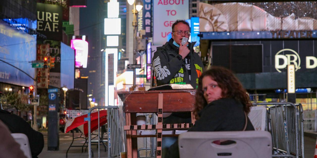 Ночная Таймс-сквер в нынешнее время стала очень странным местом