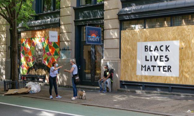 Протесты по-прежнему проходят каждый день по всему Нью-Йорку, но былого задора уже нет