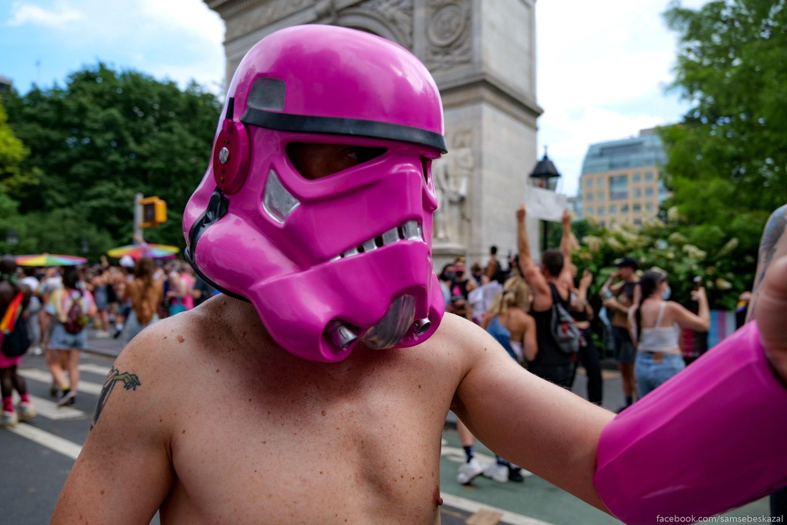 В этом году в Нью-Йорке был отменен ежегодный гей-парад, а вместо него в воскресенье прошел ...