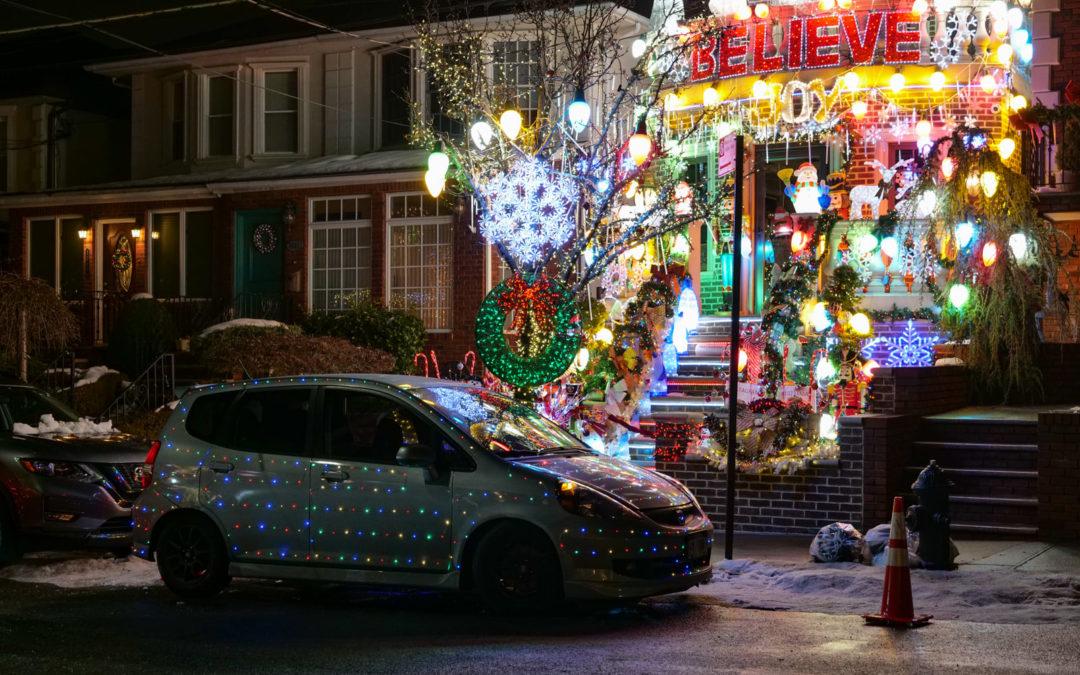 """Когда ты немного украсил свой дом к Рождеству, а соседи такие """"Не, да ну его нафиг! Веночек на двер"""